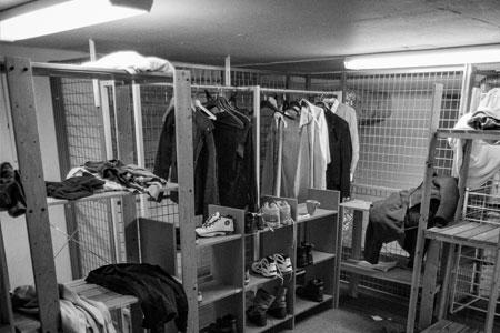 Välbehövliga varma kläder i förrådet på Bostället.