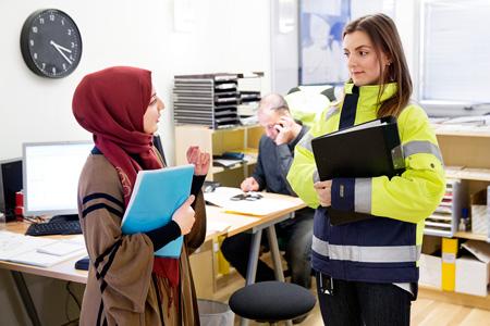 Kollegorna Rasha Hossein och Vlora Hyseni är tillbaka i vardagen på sin arbetsplats, Victoria Parks områdeskontor i Rosengård.