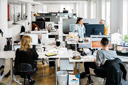 Endast sju procent av svenskarna vill sitta i öppna landskap enligt en ny undersökning och flera studier visar att arbete i kontorslandskap innebär ökad belastning på arbetsminne, koncentration, uppmärksamhet och försvårar inlärning.